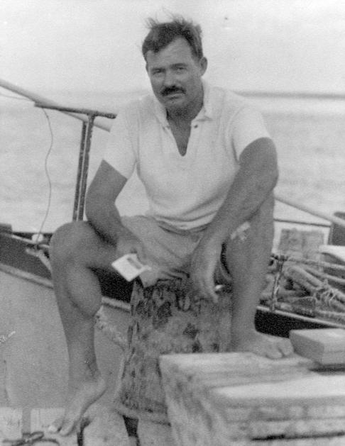 Ernest Hemingway en un barco